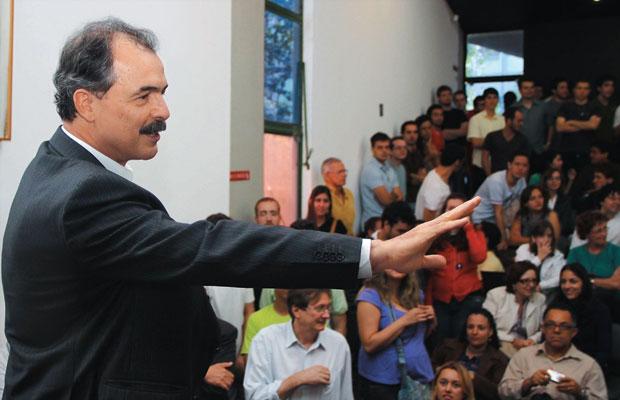 """A TESE  Aloizio Mercadante no dia de sua defesa na Unicamp. """"Minha apresentação foi marcada por intenso e acalorado debate. Mas, ao final, foi aplaudida de pé pelo plenário"""", disse  (Foto: Luis Cleber/AE)"""