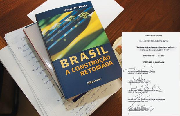 O LIVRO Ao lado, o livro Brasil: a construção retomada, que serviu de base para a tese. Abaixo, a assinatura da banca que aprovou o trabalho  de Mercadante, desenvolvido sobre uma obra já publicada   (Foto: Luis Cleber/AE)