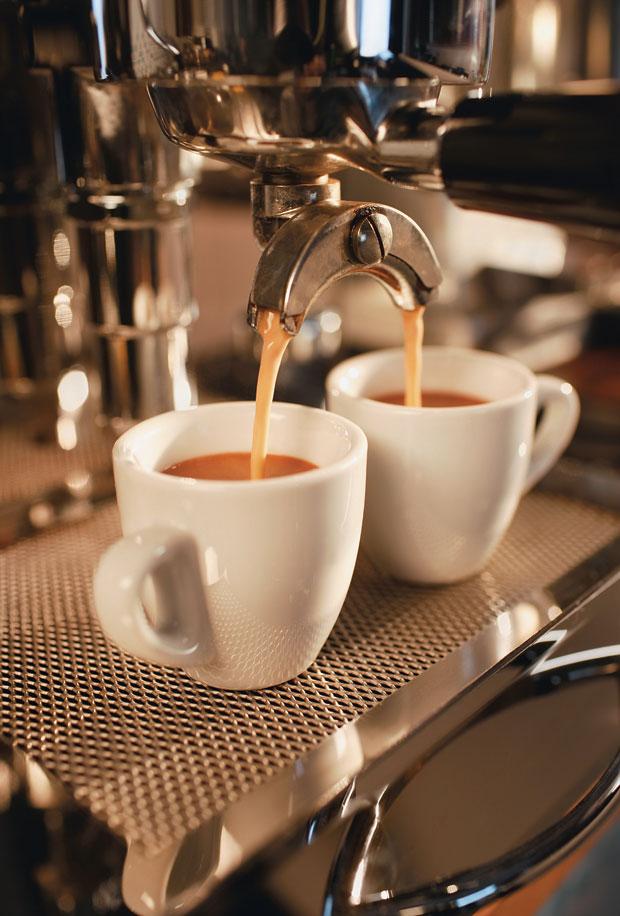 PREÇO DO CAFEZINHO Máquina de café em ação. Uma amostra de como irregularidades na Receita Federal podem afetar o cotidiano dos brasileiros  (Foto: Gregor Schuster)