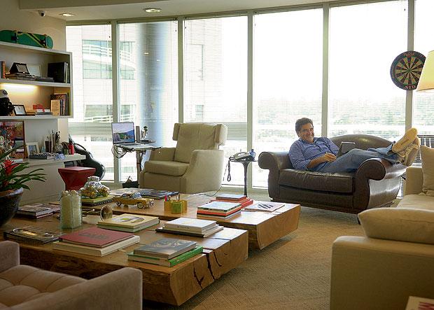 Reunião na sala do chefe Quando Sergio Valente não está na agência, sua sala também pode virar um espaço alternativo para reuniões, usado pelos seus funcionários. (Foto: Rogério Alonso)