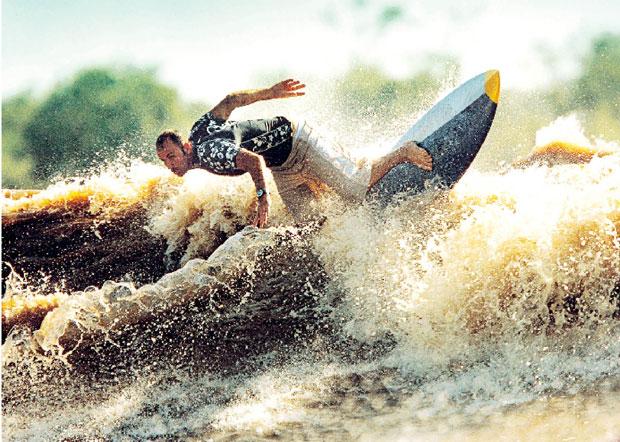 """Picuruta faz manobras na maior onda do mundo. Se errar, """"dá um desespero danado"""" (Foto: Reuters)"""