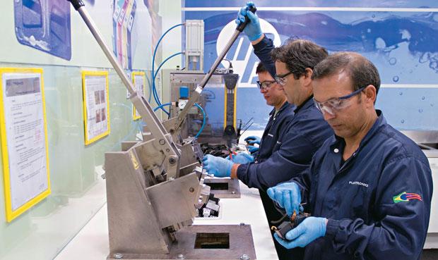 Funcionários da HP separam as peças plásticas dos cartuchos para ser recicladas  e usadas em cartuchos novos (Foto: Omar Paixão)