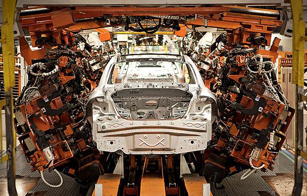 NAS ESTEIRAS Em Betim, os carros vão sendo transportados  em esteiras  ao longo  do processo  de produção.  As plataformas da Fiat estão preparadas para mudar rapidamente de um modelo para outro (Foto: Vicente França)