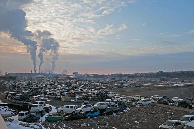 ESFORÇO COLOSSAL Milhares de carros engolidos pelo tsunami foram empilhados em Ishinomaki. A operação de limpeza removeu mais de 6 milhões de toneladas de detritos (Foto: Hitoshi Katanoda)