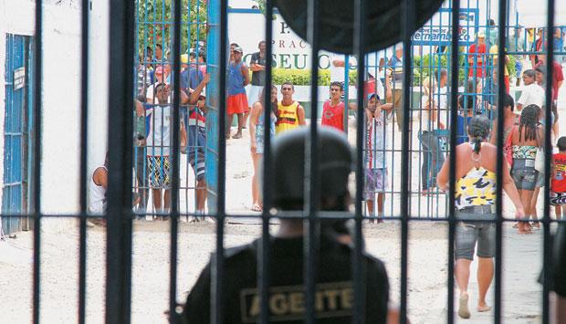 ORDEM NO CAOS Tumulto no Presídio Aníbal Bruno, em Pernambuco. O Mutirão Carcerário descobriu que os presos guardavam as chaves das próprias celas (Foto: Rogério Albuquerque/Ed. Globo)