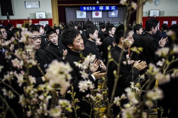 Estudantes aplaudem colegas de classe, na primeira formatura depois da tragédia feita na cidade de Minamisanriku (Foto: Getty Images)