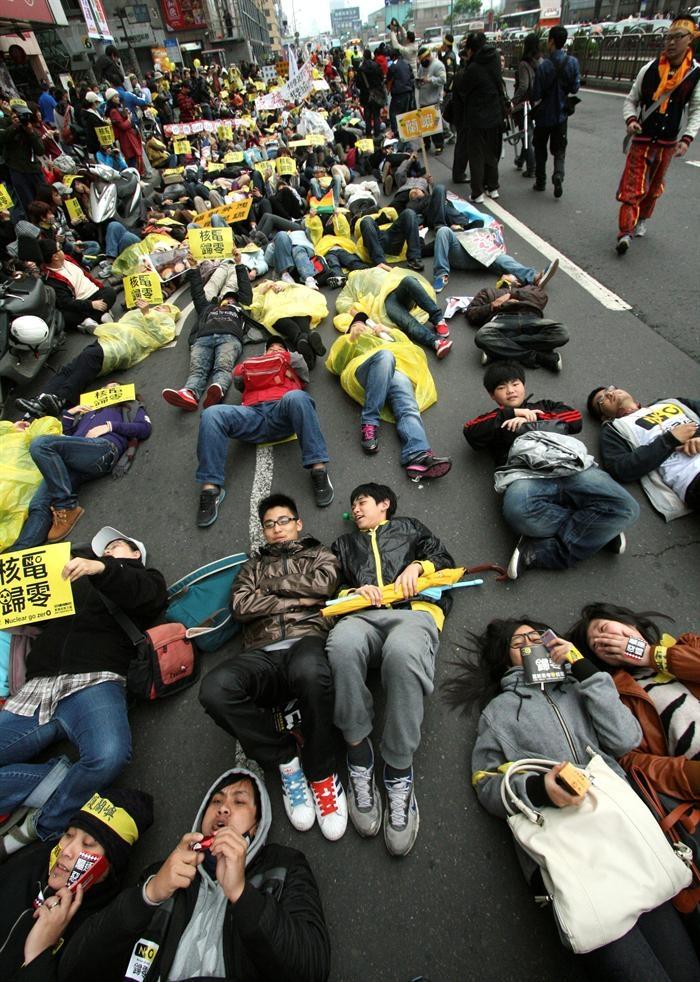 Milhares de japoneses se unem em manifestação antinuclear, no aniversário de um ano da tragédia que assolou o país (Foto: Agência EFE)
