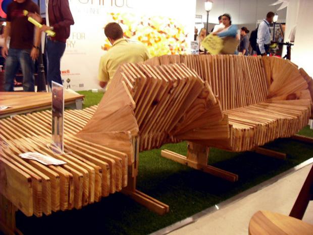 Butterfly Bench, design David Savage, cujas lâminas são móveis e permitem mudar a configuração da peça, criando relevos e encostos (Foto: Artur de Andrade)