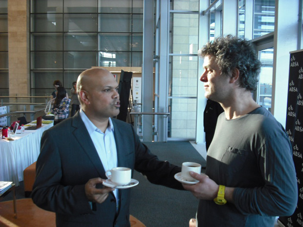 Ravi Naidoo (esq.), idealizador do Design Indaba, e o designer holandês Piet Hein Eek (Foto: Artur de Andrade)