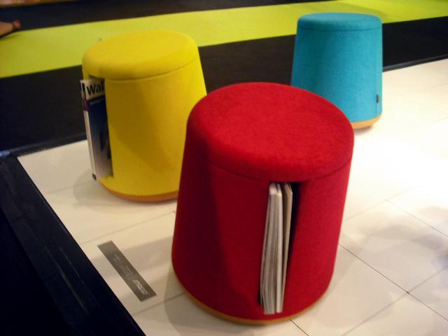 Pufes giratórios, de feltro, com espaço lateral para revistas, design Jonathan Fundudis, sul-africano, para Snapp (Foto: Artur de Andrade)