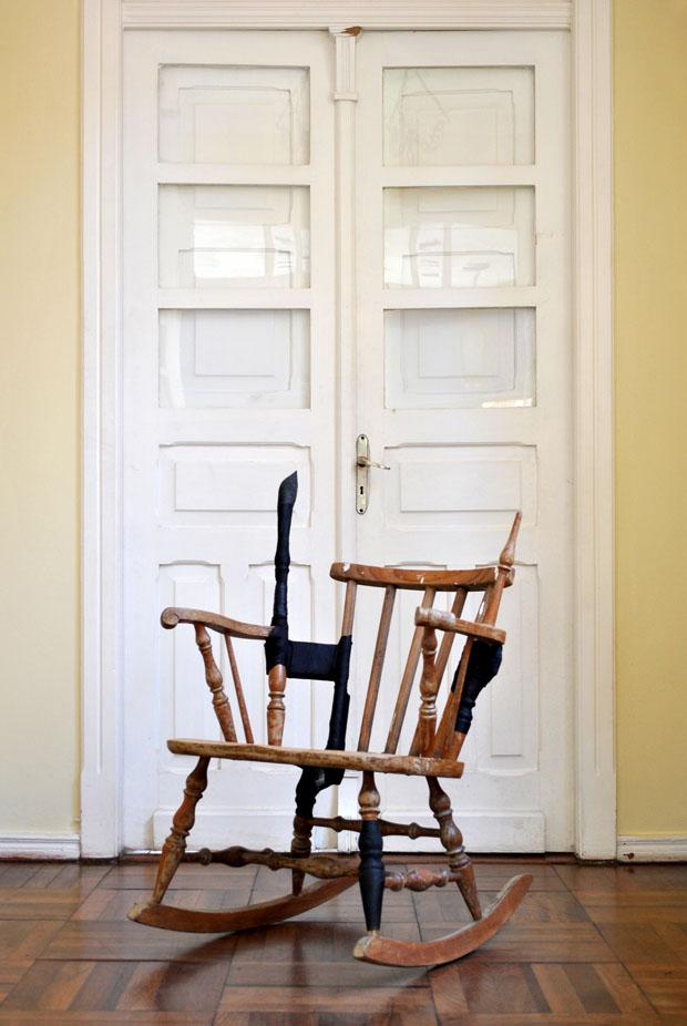'Conserta-se móveis - tratar aqui' (Foto: divulgação)