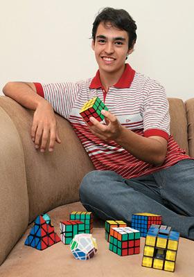 GABRIEL DECHICHI BARBAR Estudante de engenharia mecânica da Universidade Federal de Uberlândia, de 18 anos. Ganhou seis concursos de cubo mágico. Detém o título de campeão sul-americano (Foto: Valter de Paula/ÉPOCA)