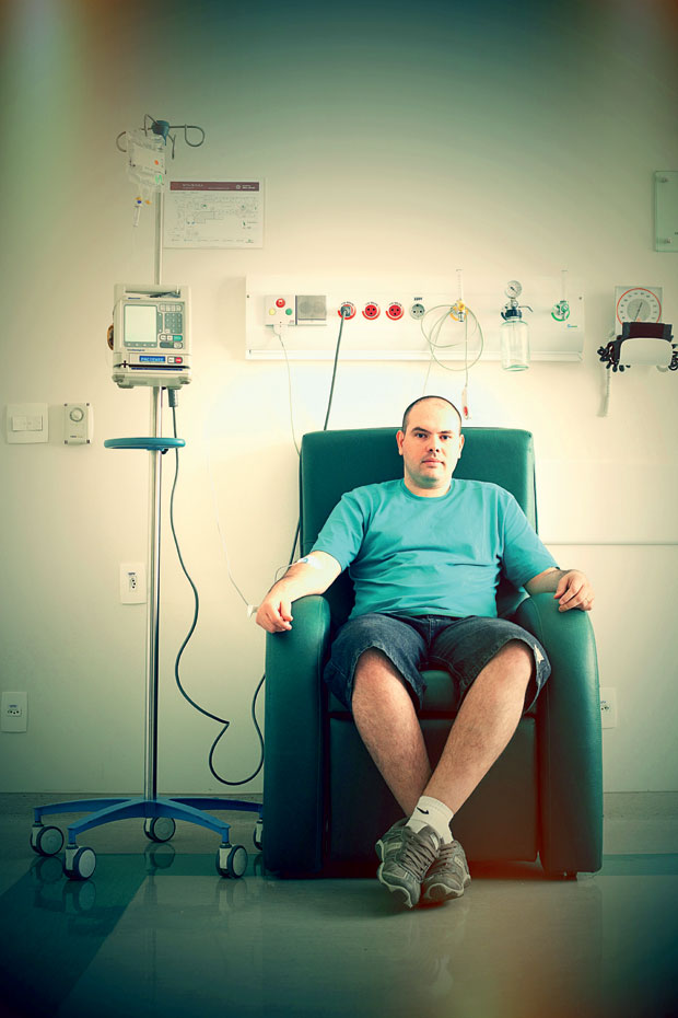 O PACIENTE Rafael Fávaro durante tratamento no Hospital Sírio-Libanês, em São Paulo. Para levar uma vida normal, ele tem  de tomar o remédio  para sempre  (Foto: Rogério Cassimiro/ÉPOCA)