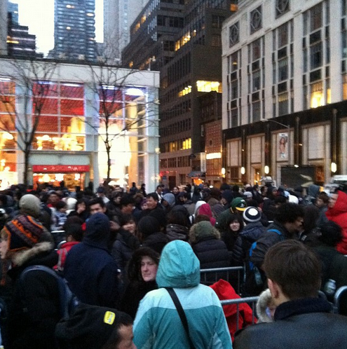 Várias pessoas enfrentaram fila e chuva para comprar o novo iPad (Foto: Breno Masi/Instagram)