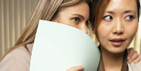 O contato físico ajuda no poder de persuasão, dizem pesquisadores da<br/>Universidade da Bretanha (Foto: Reprodução Internet)