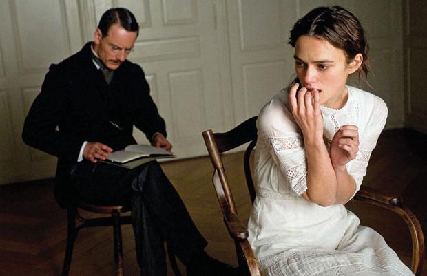 INÍCIO Carl Jung (Michael Fassbender) submete Sabina Spielrein (Keira Knightley)  a terapia. A relação entre eles se torna passional e intelectual  (Foto: divulgação)