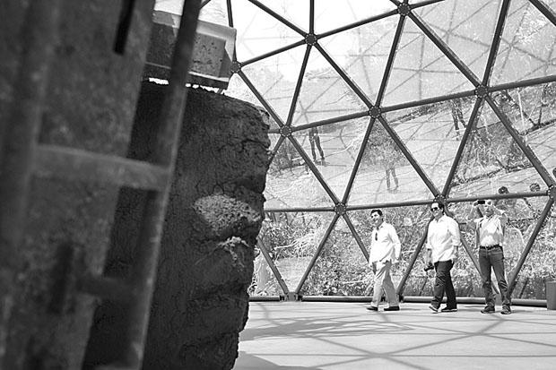 Antonio Citterio, Marcio Barboza e Giorgio Busnelli, no pavilhão de Matthew Barney