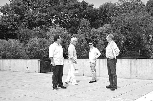 Barboza, Bernardo Paz, Citterio e Busnelli, no exterior do pavilhão de Adriana Varejão