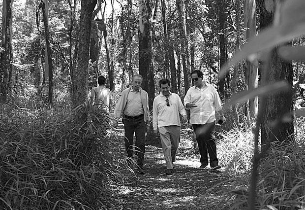 Busnelli, Citterio e Barboza caminham pelo parque...