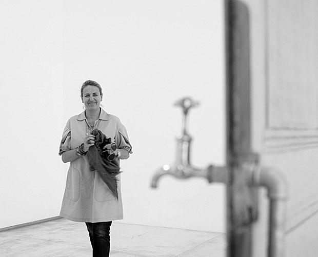 Patricia sorri diante de obra de Diango Hernández