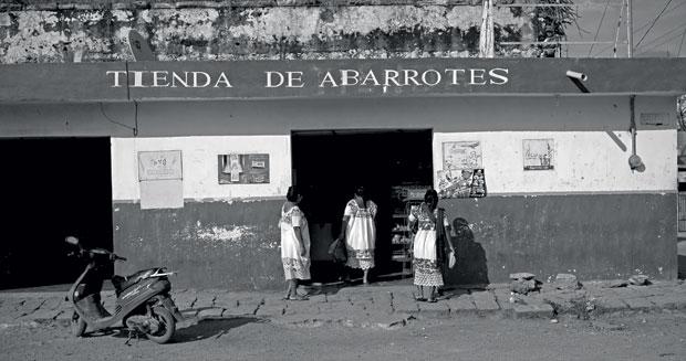Mulheres locais fazem compras num mercadinho de Xul. Nesses lugares não há nenhum vestígio do comércio apocalíptico  (Foto: Adriana Zehbrauskas )