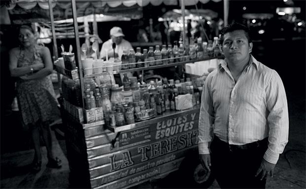 """O professor de língua maia Isaac Can (à esq.) critica a exploração comercial em torno dos maias. """"O ano deveria ser da cultura, não do turismo"""", afirma (Foto: Adriana Zehbrauskas )"""