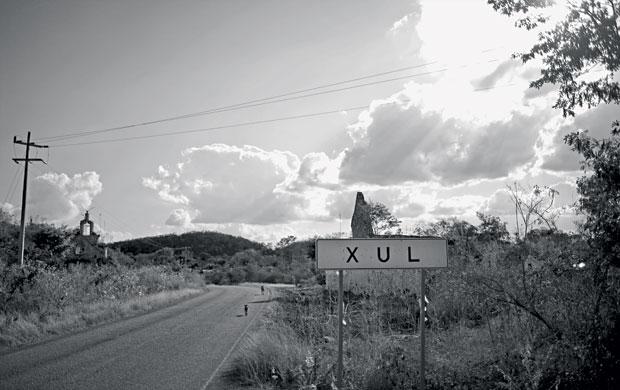 A placa indica Xul, uma cidadezinha em Yucatán. Xul quer dizer fim na tradução do maia. Não por motivos apocalípticos. Antigamente, a estrada acabava ali (Foto: Adriana Zehbrauskas )