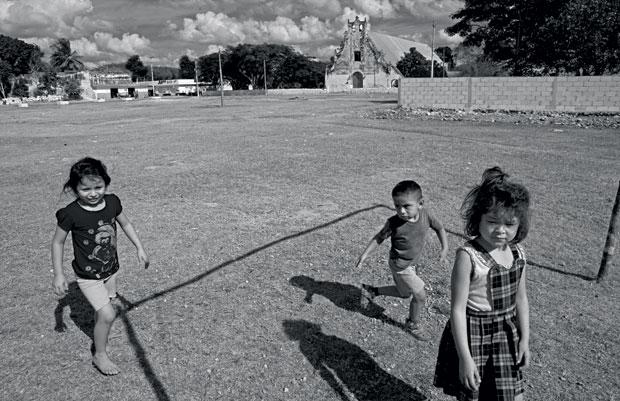 As crianças se divertem correndo pela pracinha do centro de Xul. Sem emprego, a maioria dos adultos já foi embora  (Foto: Adriana Zehbrauskas )