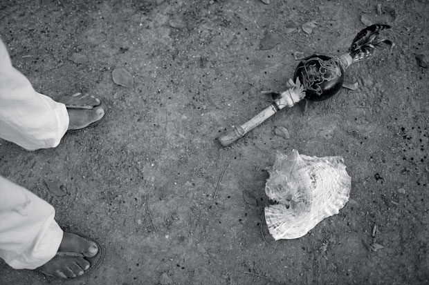 No detalhe, o sacerdote Valerio Canche Yah, avô de Diego, deixa no chão alguns dos objetos que usa para as orações da cerimônia – tudo é falado em maia (Foto: Adriana Zehbrauskas )