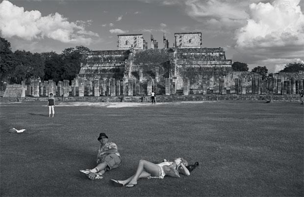PODE ACABAR AGORA Turistas tomam sol deitados em frente ao Templo dos Guerreiros, na cidade arqueológica maia de Chichén-Itzá. O turismo do apocalipse deverá levar 52 milhões de pessoas ao México neste ano (Foto: Adriana Zehbrauskas )