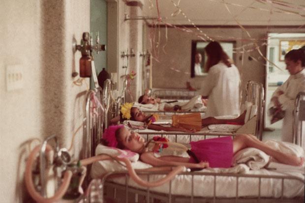 Das centenas de crianças com pólio severa, que passaram pelo Hospital das Clínicas de São Paulo, sete sobreviveram por 20 anos. Depois, restaram Eliana e Paulo. Na foto, Eliana (na frente), Cláudia e Luciana, ainda na infância, vestidas para uma festa de  (Foto: Arquivo Pessoal)