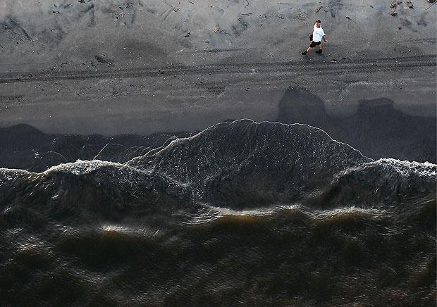 O óleo que vazou no Golfo do México, em 2010, avança como uma maré negra na ilha Grand Terre, em Louisiana, um ano depois do acidente (Foto: Getty Images)