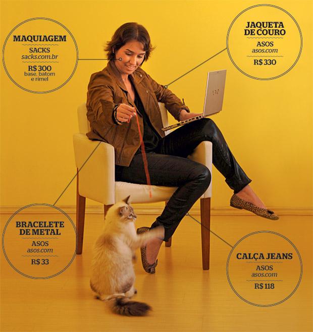 TUDO PELA WEB A designer Melina Araújo brinca com seu gato na sala de casa.  Ela compra tanto pela internet que ganhou o apelido de Miss Pacotinho em seu escritório. Agora descobriu os sites estrangeiros (Foto: Mirian Fichtner/Pluf Fotografias/ÉPOCA)