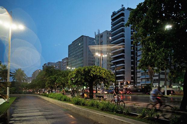 A FORÇA DO LITORAL Bairro Aparecida,  na orla de Santos, São Paulo.  O município se valoriza  por causa dos aposentados, do petróleo e da boa qualidade de vida  (Foto: Filipe Redondo/ÉPOCA)
