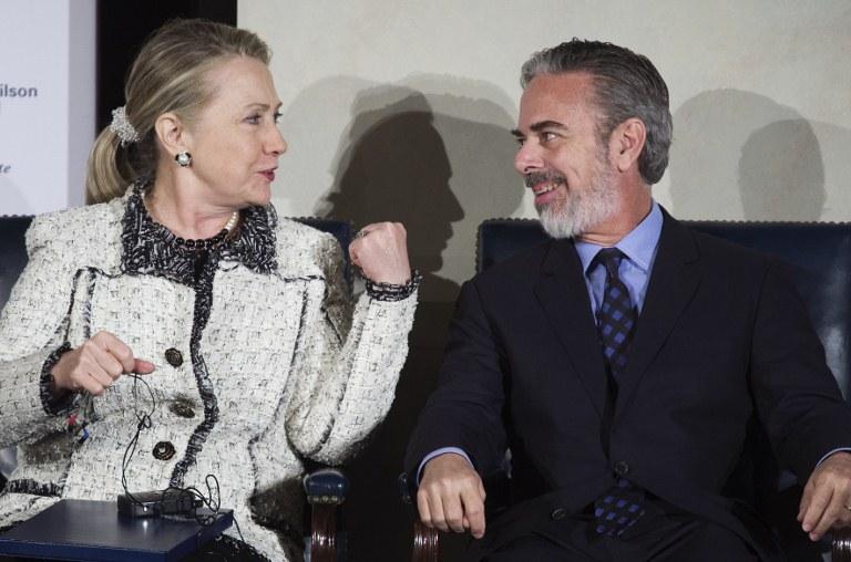 Hillary Clinton e Antonio Patriota conversam durante o seminário (Foto: AFP)