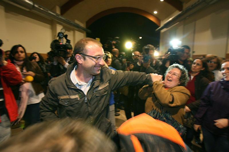 Prefeito de Rasquera comemora decisão de referendo (Foto: Jaume Sellart/EFE)