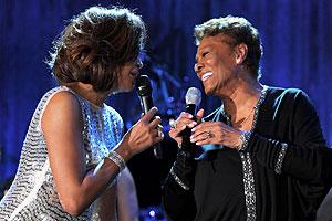 Whitney Houston e a prima Dionne Warwick (Foto: AP e Getty Images)