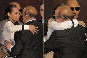 Alicia Keys cumprimenta Clive Davis (Foto: AP e Getty Images)