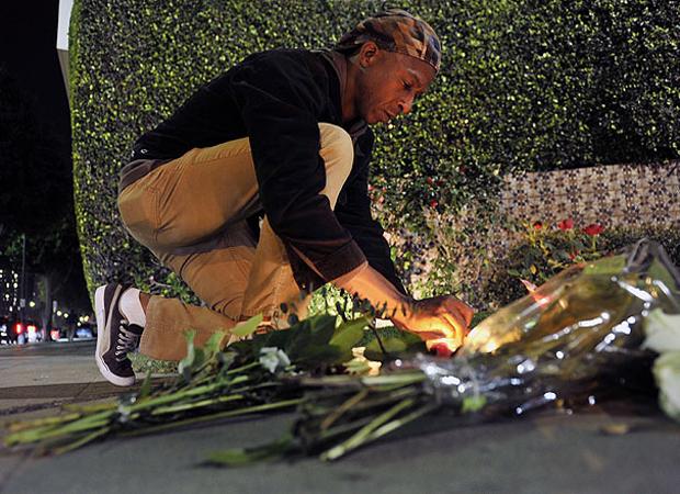 Em frente ao hotel em que foi encontrada morta, os fãs da cantora depositaram as primeiras homenagens (Foto: AP e Getty Images)