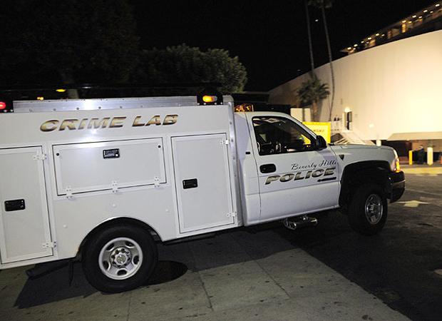 Polícia aguardava autorização da Justiça para entrar no quarto, retirar o corpo e buscar possíveis drogas (Foto: AP e Getty Images)