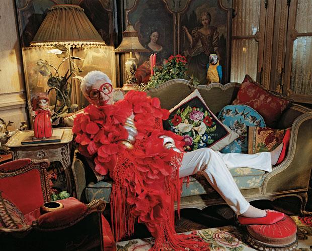 ESTILO PRÓPRIO Iris Apfel em seu apartamento em Nova York, em foto de 2010. Seu guarda-roupa excêntrico inspirou uma exposição no Museu Metropolitan e vem influenciando estilistas  (Foto: Martha Camarillo/Contour/Getty Images)