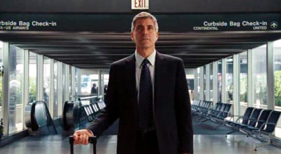 """George Clooney, no papel de um executivo que vive em hotéis e aeroportos,<br/>em """"Amor Sem Escalas"""" (Foto: Dilvulgação)"""