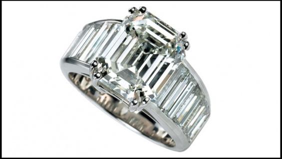 Réplica do anel desenhado por Brad Pitt está disponível para o público (Foto: Divulgação)