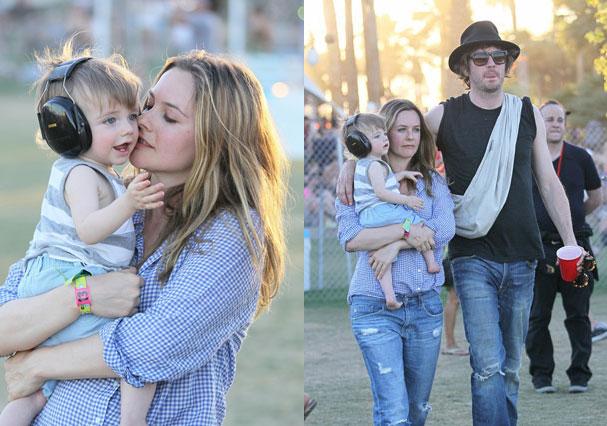 Alicia Silverstone, o bebê Bear e o marido no festival Coachella (Foto: Reprodução)