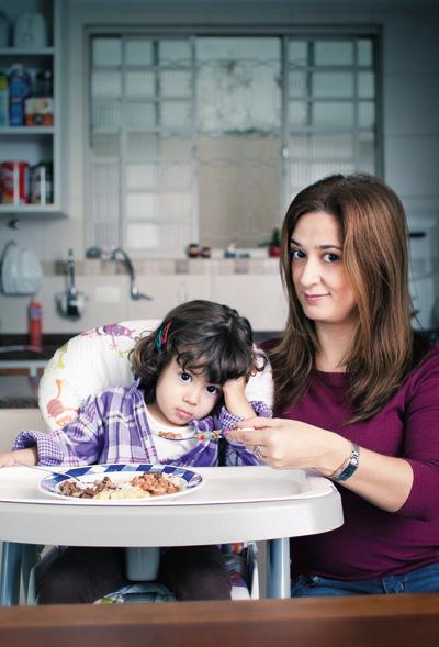 SEM LÁGRIMAS Isabel, de 2 anos e 8 meses, e a mãe, Vanessa, em casa. Ela chegou a chorar escondido porque não conseguia fazer a filha comer (Foto: Camila Fontana/ÉPOCA)