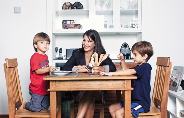 AJUDA ESPECIALIZADA Cristina entre Victor, de 5 anos (à dir.), e Tomas, de 3. Ela procurou uma nutricionista para reorganizar a alimentação da família (Foto: Camila Fontana/ÉPOCA)