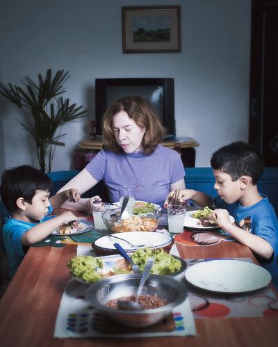 """DOIS FILHOS, DUAS RECEITAS Fabiana com Ricardo, de 7 anos, e Henrique, de 4. O filho  mais velho come de tudo. O caçula """"odeia"""" verduras  (Foto: Camila Fontana/ÉPOCA)"""