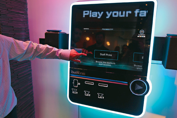 FUTURISTA A jukebox TouchTunes Virtuo num bar americano. O design foi inspirado em smartphones e tablets (Foto: Bill Greene/The Boston Globe/Getty Images)