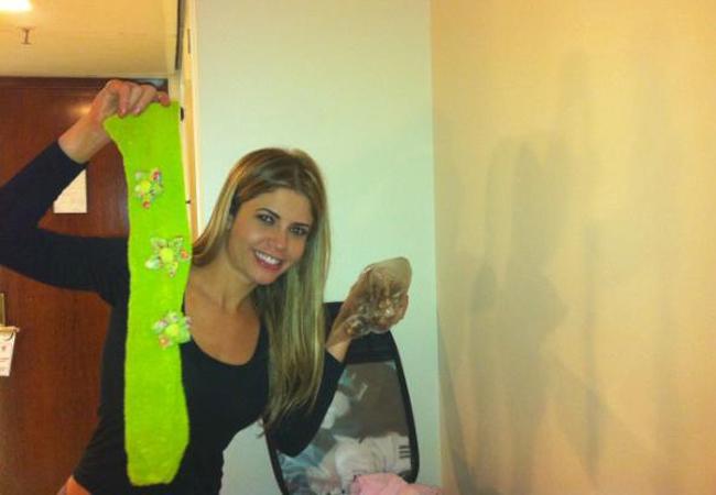 Cláudia Colucci, a Cacau, mostra os objetos da mala trocada (Foto: Reprodução/Twitter)