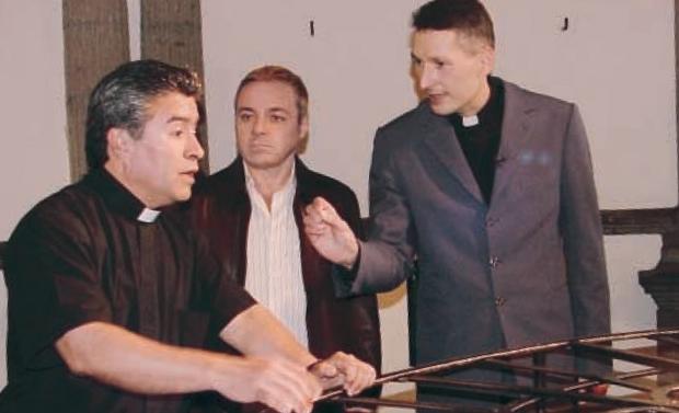 Gugu e Padre Marcelo Rossi conversam com Padre (Foto: Divulgação)